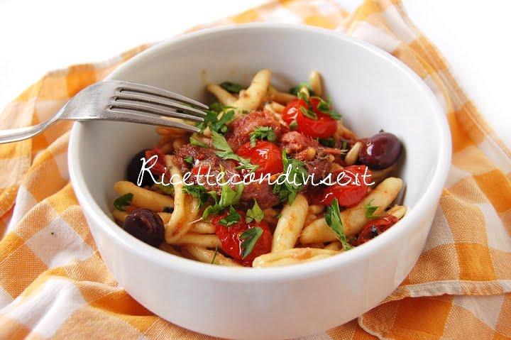 Particolare cavatelli con pinoli, alici, olive nere e ciliegini semisecchi Agromonte di Dany - Ideericette