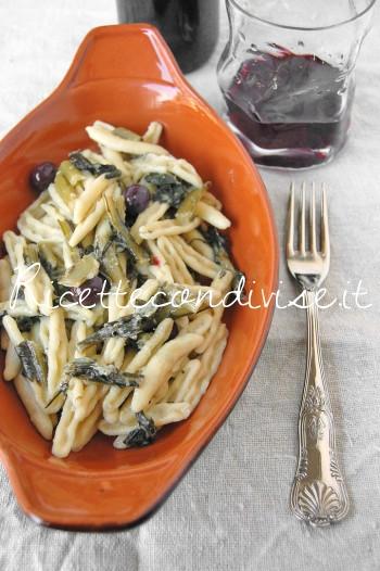 Primo piano Cavatelli pugliesi con cicoria, olive e pane & pasta di carciofi siciliani Agromonte