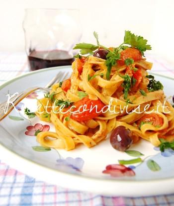 Primo piano Tagliatelle con olive pomodorini e ultrasalsa al cubo3 peperoncino capperi e pomodorini di Dany - Ideericette