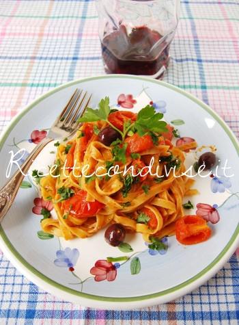 Tagliatelle con olive pomodorini e ultrasalsa al cubo3 peperoncino capperi e pomodorini di Dany - Ideericette