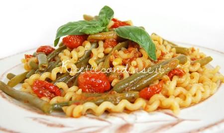 Fusilli-bucati-piccanti-con-fagiolini-boby-e-pomodorino-ciliegino-semisecco-di-Dany-Ideericette-450x268
