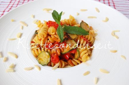 Particolare-Fusilli-con-zucchine-pomodorini-e-mandorle-di-Dany-Ideericette-450x299