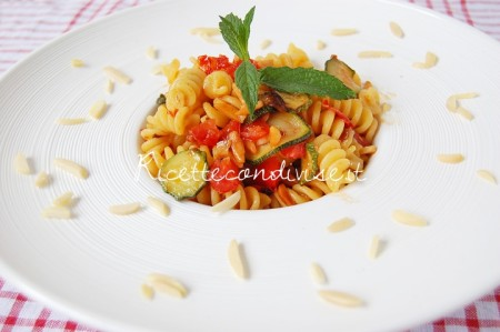 Primo-piano-Fusilli-con-zucchine-pomodorini-e-mandorle-di-Dany-Ideericette-450x299