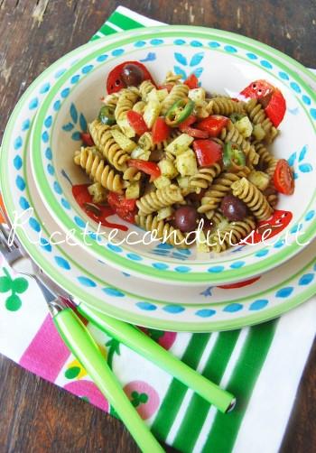 Fusilli integrali con pesto di basilico, pomodorini, caciocavallo e olive di Dany - Ideericette