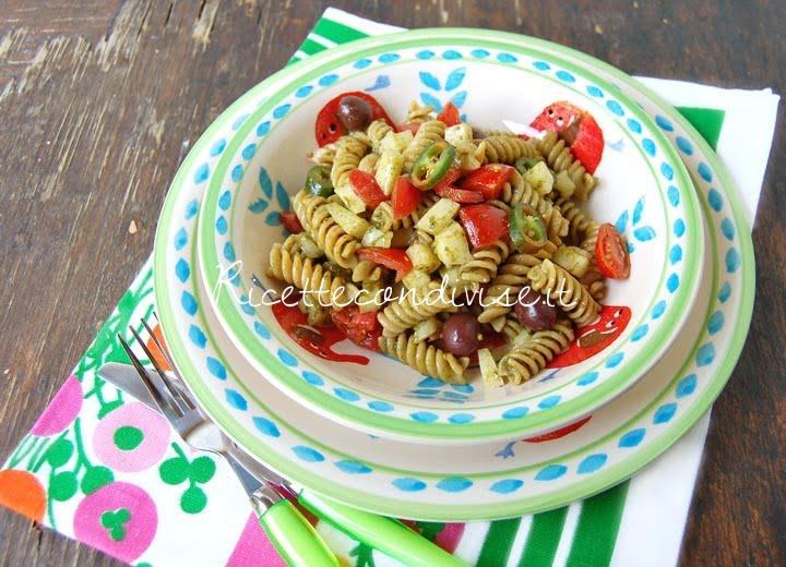 Particolare Fusilli integrali con pesto di basilico, pomodorini, caciocavallo e olive di Dany - Ideericette