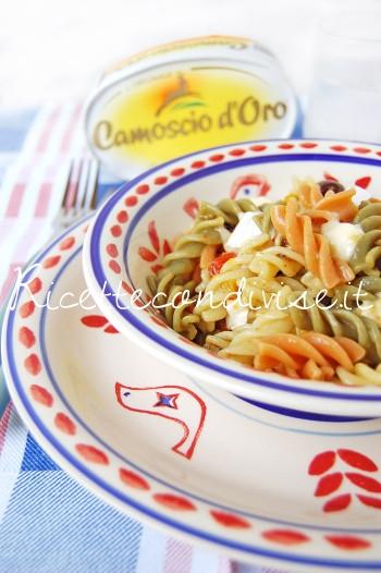 Primo-piano-Fusilli-freddi-tricolore-con-peperoni-pesto-olive-e-camoscio-doro-di-Dany-Ideericette-350x526