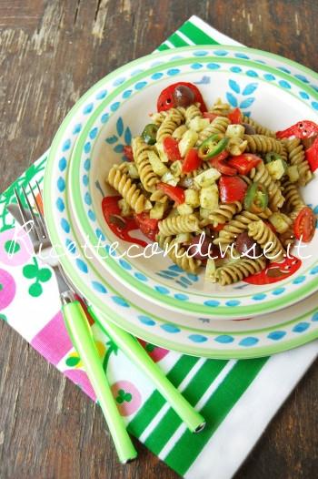 Primo piano Fusilli integrali con pesto di basilico, pomodorini, caciocavallo e olive di Dany - Ideericette