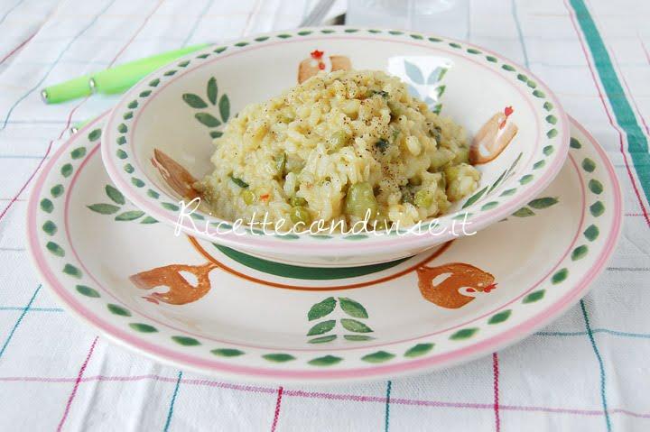 Primo piano risotto con piselli, zucchine e fior di zucca di Giovanna