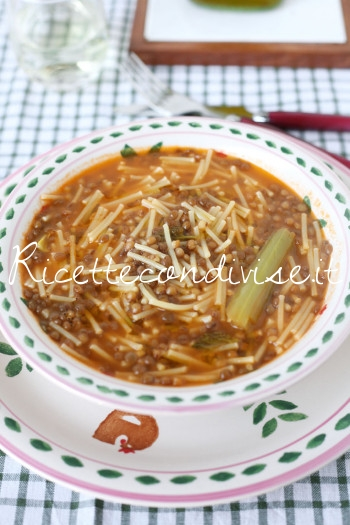 Primo piano minestra di lenticchie con la pasta di Dany - Ideericette