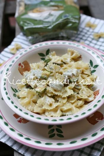 Primo piano Farfalle con zucchine e verzin di vacca