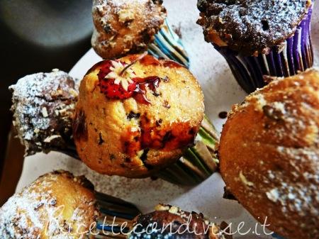 Ricetta muffin con gocce di cioccolato e granella di nocciole