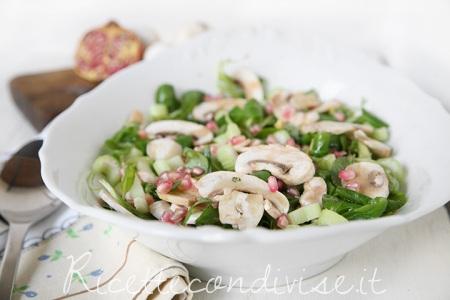Particolare insalata di valeriana, funghi champignon, sedano e melagrana di Dany Ideericette