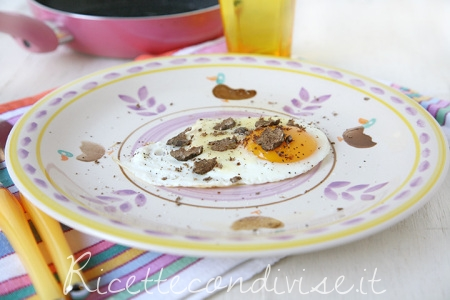 Primo-piano-uovo-al-tegamino-con-Toma-Monte-Regale-Occelli-e-tartufo-di-Dany-Ideericette-450x300