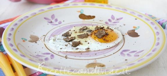 Primo piano uovo al tegamino con Toma  Monte Regale Occelli e tartufo di Dany - Ideericette