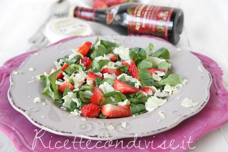 ricetta insalata con casutin occelli, valeriana, fragole e aceto balsamico