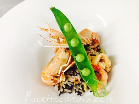 Riso bianco e venere con verdure, frittino di mare e baccello di pisello fresco
