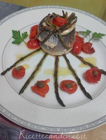 Filetto-di-spigola-al-forno-con-ripieno-di-asparagi-selvatici-e-pomodorini-di-Franco-Graziano-450x596