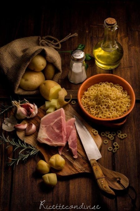 Ingredienti-per-pasta-e-patate-gustosa-450x675