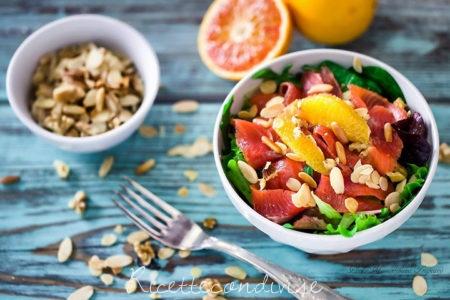 Insalata-gustosa-con-trota-affumicata-spinaci-arancia-e-frutta-secca-450x300