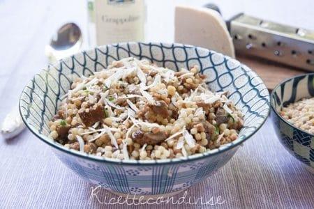 Insalata-di-fregola-con-funghi-salsiccia-e-ricotta-salata-450x300