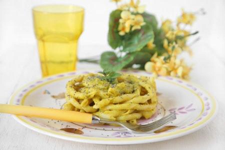 Fusilli napoletani con crema di zucchine e curcuma con semi di chia (Festa della Donna)