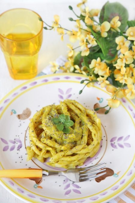 Fusilli-napoletani-con-crema-di-zucchine-e-curcuma-con-semi-di-chia-450x675
