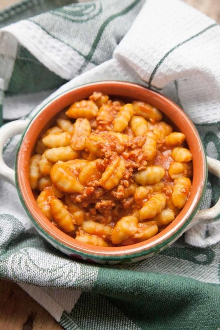 Gnocchi-di-patate-al-ragù-con-trafila-gnocchetti-di-patate-capo12-450x675