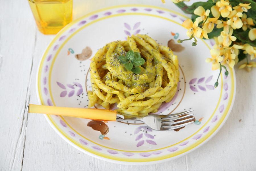 Pasta-gialla-con-crema-di-zucchine-e-curcuma-900x600